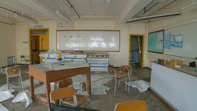Escuela abandonada - destruyó la sala de clase de la geografía metrajes