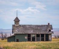 Escuela abandonada en el pueblo fantasma de las colinas de Goodnoe Fotografía de archivo