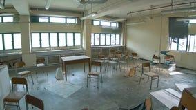 Escuela abandonada - sala de clase destruida 03 de la geografía almacen de metraje de vídeo