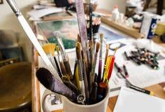 Escuela de arte con una colección colorida de cepillos Foto de archivo