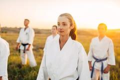 Escuela de arte marcial en el entrenamiento al aire libre foto de archivo