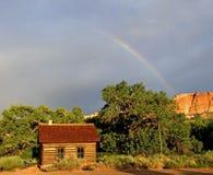 Escuela de Fruita con el parque nacional del filón del capitolio del arco iris fotos de archivo
