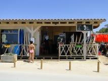Escuela de la resaca en la playa fotografía de archivo