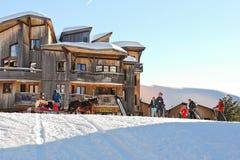Escuela de los niños del esquí en la ciudad de Avoriaz en las montañas Imagen de archivo