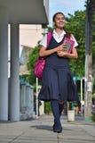 Escuela de Teenager Walking To del estudiante foto de archivo