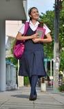 Escuela de Teenager Walking To de la estudiante foto de archivo