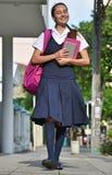 Escuela de Teenager Walking To de la estudiante fotografía de archivo