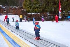 Escuela del esquí de los niños Imágenes de archivo libres de regalías
