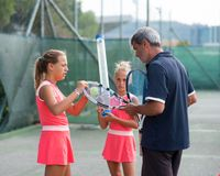 Escuela del tenis al aire libre foto de archivo