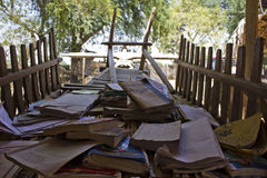 Escuela del vintage en un pequeño pueblo cerca de Bagan, en Myanmar Imagen de archivo libre de regalías