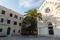 Escuela e iglesia de música en la ciudad vieja Foto de archivo