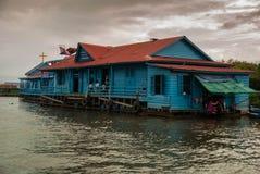 Escuela flotante - savia de Tonle, Camboya Foto de archivo