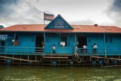 Escuela flotante - savia de Tonle, Camboya Imagenes de archivo