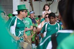 Escuela internacional Samba Drummers de SJI en el día del ` s de St Patrick en Singapur fotos de archivo libres de regalías