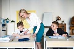 Escuela los niños aprenden en escuela estudiantes del entrenamiento imagenes de archivo