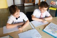 Escuela los niños aprenden en escuela estudiantes del entrenamiento fotos de archivo