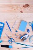Escuela, materiales de oficina en el fondo de madera Imagen de archivo