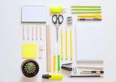 Escuela o materiales de oficina Concepto del estudio o del negocio Endecha plana foto de archivo