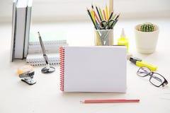 Escuela o materiales de oficina en la tabla Concepto del estudio o del negocio fotos de archivo libres de regalías