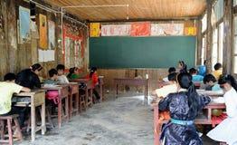 Escuela pobre en el pueblo viejo en China Imagenes de archivo