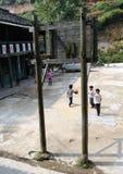 Escuela pobre en el pueblo viejo en China Imagen de archivo