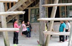 Escuela pobre en el pueblo viejo en Guizhou, China Foto de archivo libre de regalías