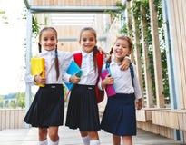 Escuela primaria de los niños de la novia del estudiante feliz de la colegiala Fotografía de archivo libre de regalías