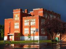 Escuela vieja del ladrillo rojo fotos de archivo libres de regalías