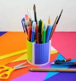 Escuela y materiales de oficina en el papel del color Imagenes de archivo