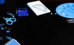 Escuela y materiales de oficina en la tabla de la oficina Aún vida masculina o infantil en el tema de la escuela, estudio, trabaj imagen de archivo