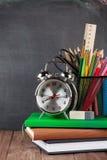 Escuela y materiales de oficina en la tabla de la sala de clase Imagenes de archivo