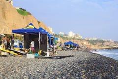 Escuelas de la resaca en la costa en Lima, Perú Imágenes de archivo libres de regalías