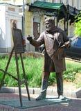 Esculpa al artista Konstantin Makovsky con el caballete para el wor de pintura Imágenes de archivo libres de regalías