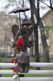 Esculpa el ángel que lee un libro en un banco Imágenes de archivo libres de regalías