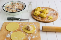 Esculpa el concepto ruso del kurniki de las empanadas Foto de archivo libre de regalías