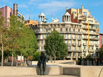 Esculpa a la muchacha que se sienta en el cuadrado de la constitución en Girona, balneario Foto de archivo libre de regalías