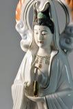 Esculpa la talla del guanyin hermosa, en fondo Imagen de archivo libre de regalías