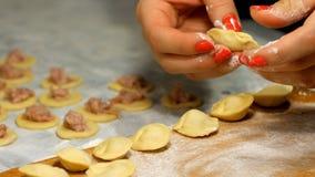 Esculpe bolinhas de massa na cozinha Menina que cozinha o alimento filme