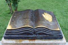 Esculpido sob a forma do livro aberto, é dedicado a Yagoda Vlagon irkutsk Rússia foto de stock