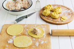 Esculpir o conceito do kurniki das tortas do russo Fotografia de Stock