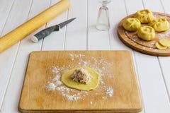 Esculpir o conceito do kurniki das tortas do russo Fotos de Stock Royalty Free