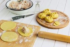 Esculpir o conceito do kurniki das tortas do russo Fotos de Stock
