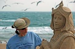 Escultor da areia que trabalha na praia Imagem de Stock Royalty Free