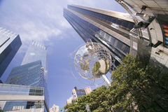 Escultor de la tierra delante de torres del triunfo en Manhattan, New York City, Nueva York fotografía de archivo