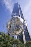 Escultor de la tierra delante de torres del triunfo en Manhattan, New York City, Nueva York imagen de archivo libre de regalías