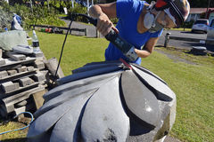 Escultor de pedra do artista que cinzela esculpindo a parte enorme da arte da samambaia de prata de Nova Zelândia Fotos de Stock