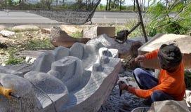 Escultor de piedra en el trabajo Imagenes de archivo