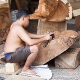 Escultor de trabajo del Balinese en taller Imagenes de archivo