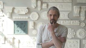 Escultor masculino maduro que está em seu estúdio video estoque