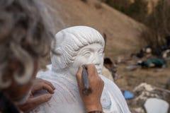 Escultor que trabaja en su estatua fotografía de archivo libre de regalías